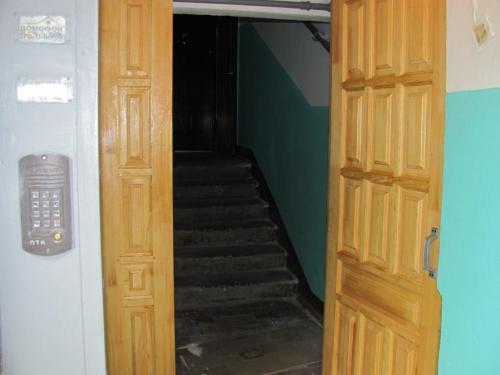 подъездные входные двери из дерева